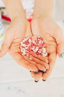Coeurs de sucre dans les mains d'une fille