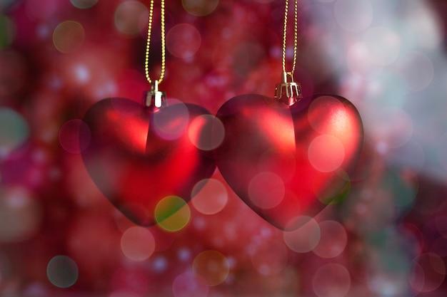 Coeurs suspendus à une corde avec arrière-plan flou