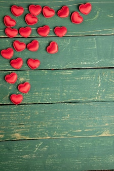 Coeurs sur une table en bois verte