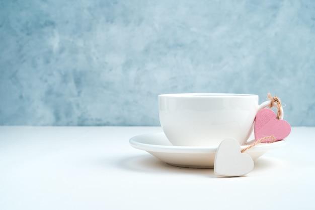 Coeurs et une tasse de boisson