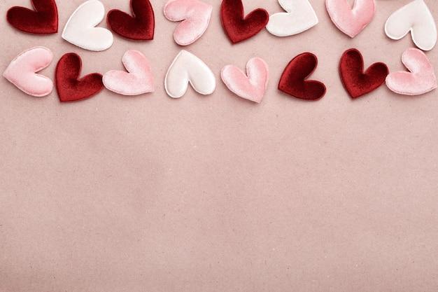 Coeurs en tissu sur papier craft