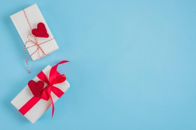 Coeurs tricotés sur de jolis coffrets cadeaux
