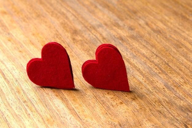 Coeurs valentine sur fond en bois rustique