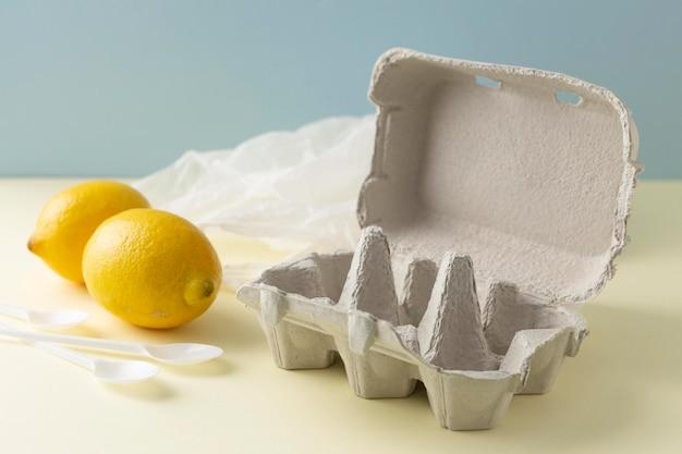 Coffrage avec des citrons à côté
