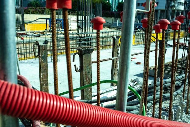Coffrage des fondations d'un bâtiment en construction.