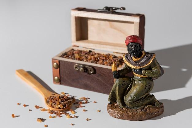 Coffre au trésor du jour de l'épiphanie avec raisins secs et mage