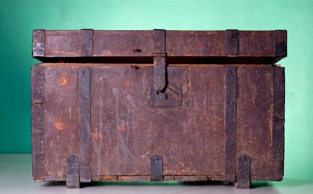 Coffre en bois antique