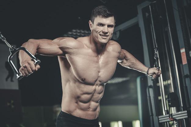 Coffre de formation de bodybuilder caucasien brutal dans la salle de gym