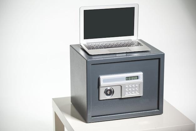 Coffre-fort et ordinateur portable