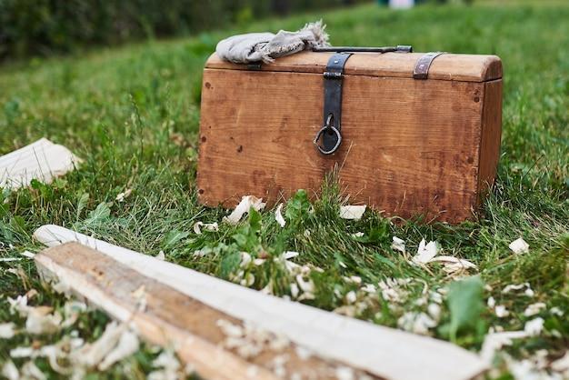 Coffre médiéval avec un mouchoir debout sur l'herbe