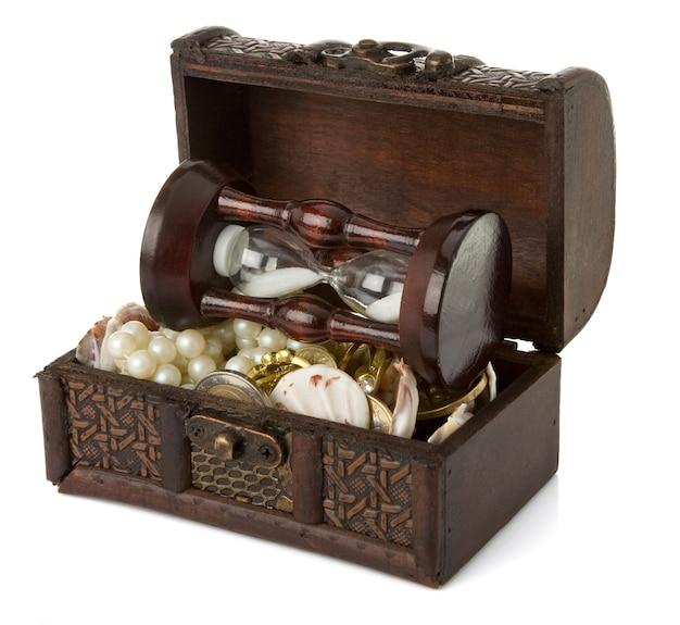Coffre avec des pièces de monnaie et des bijoux isolés sur blanc