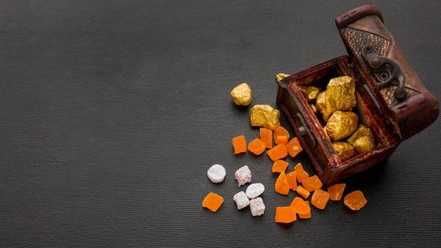 Coffre rempli de minerais d'or copie espace