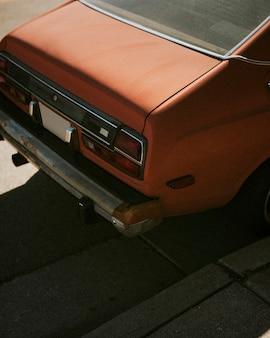 Le coffre d'une vieille voiture rouge