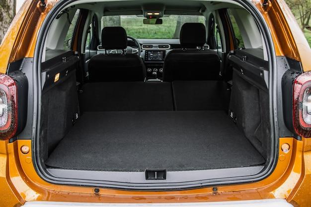 Coffre de voiture énorme, propre et vide d'un suv compact moderne. vue arrière d'une voiture suv avec coffre ouvert et sièges passagers rabattus.