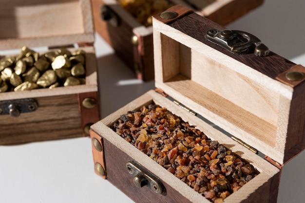 Coffres au trésor du jour de l'épiphanie avec raisins secs et pierres