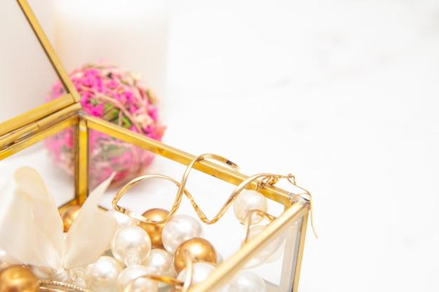 Coffret beauté avec accessoires bijoux, bracelets, bagues, boucles d'oreilles