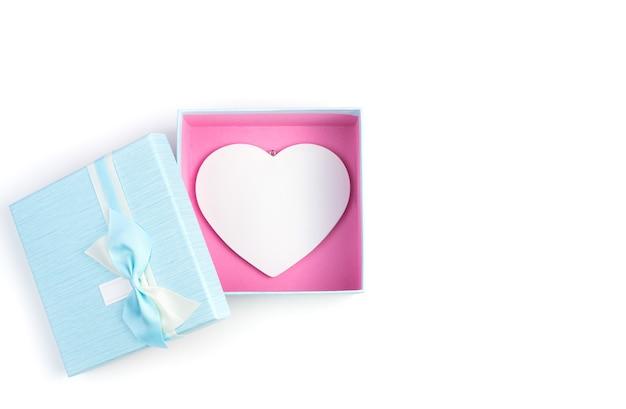 Coffret bleu avec un grand coeur blanc à l'intérieur sur fond blanc.