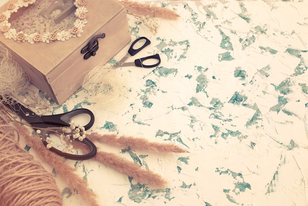 Coffret en bois de style vintage sur fond texturé.
