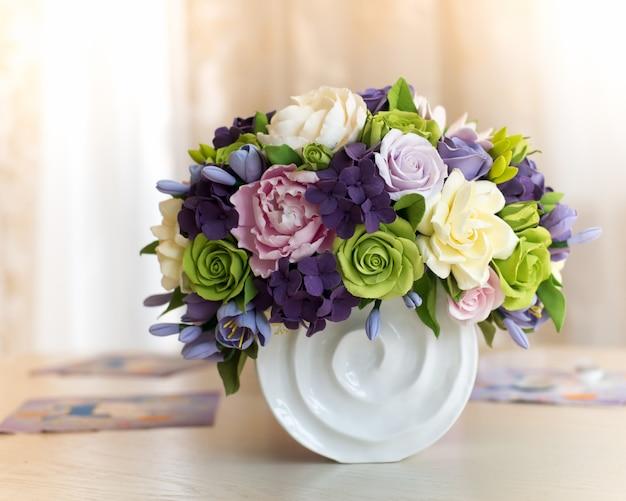 Coffret bouquet et cadeau de fleur de rose sur table en bois