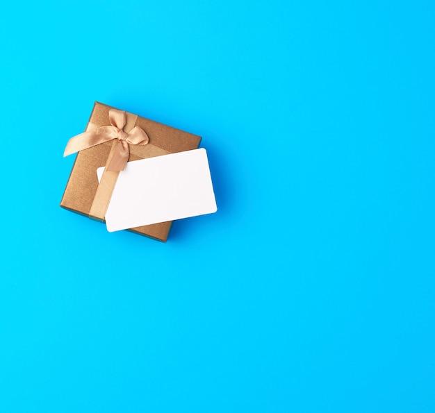 Coffret brun fermé avec noeud et carte de visite papier vide