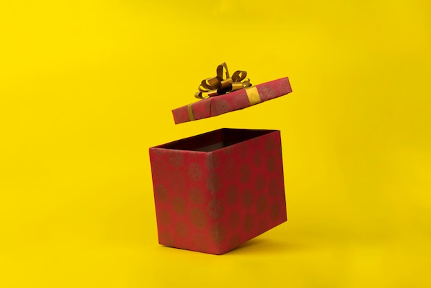 Le coffret cadeau abstrait flotte dans les airs pour les vacances