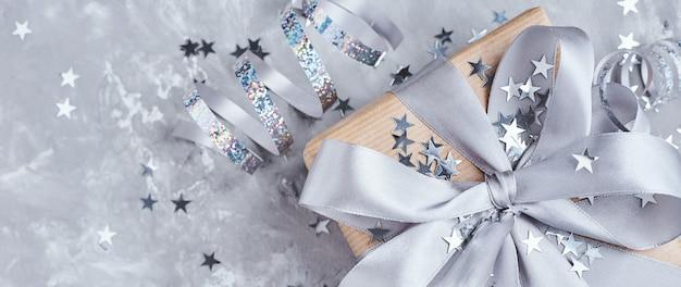 Coffret cadeau avec arc et confettis, bannière