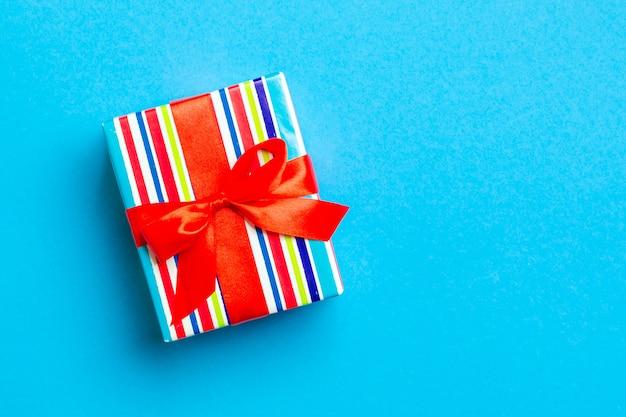Coffret cadeau avec un arc rouge pour noël sur bleu