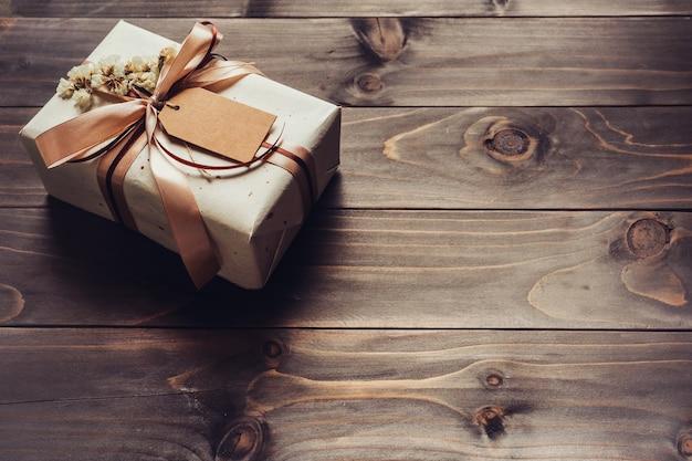 Coffret cadeau artisanal sur fond de bois de table avec espace de copie