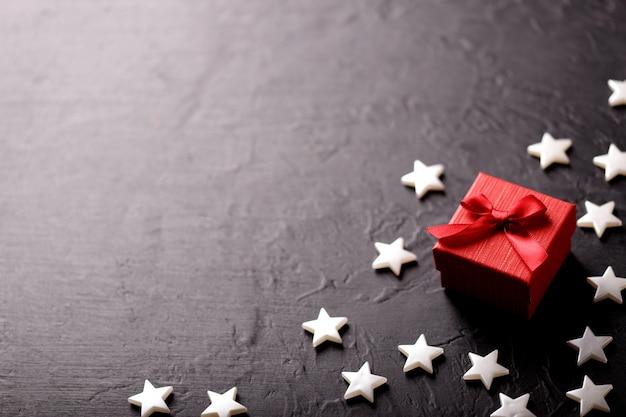 Coffret cadeau artisanal sur fond noir, décoré d'un noeud. pour anniversaire, cadeaux d'anniversaire, cartes postales cadeaux.