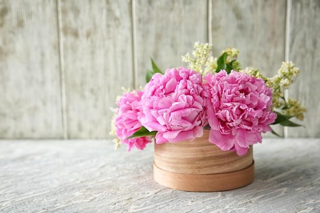 Coffret cadeau avec de belles fleurs sur table