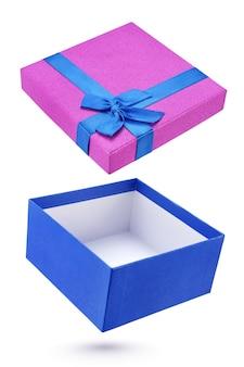 Coffret cadeau bleu et violet ouvert isolé sur blanc avec un tracé de détourage
