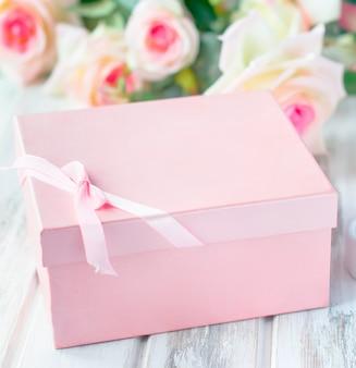 Coffret cadeau, bougie et un bouquet de roses