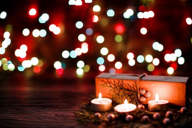 Coffret cadeau et bougies avec décorations de noël