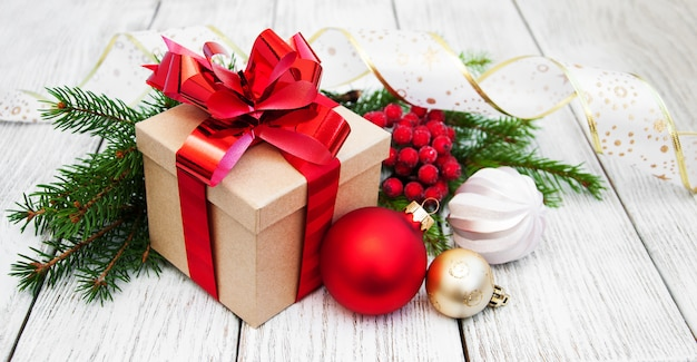 Coffret cadeau et boules de noël