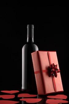 Coffret cadeau, bouteille de vin et coeurs rouges