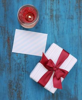 Coffret cadeau avec carte sur surface en bois