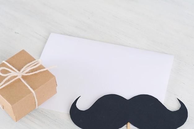 Coffret cadeau avec carte de voeux vide de la fête des pères