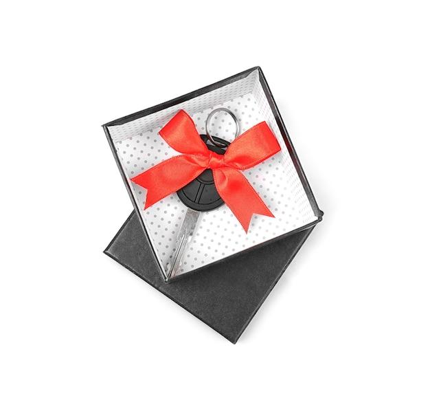 Coffret cadeau avec clé de voiture isolated on white