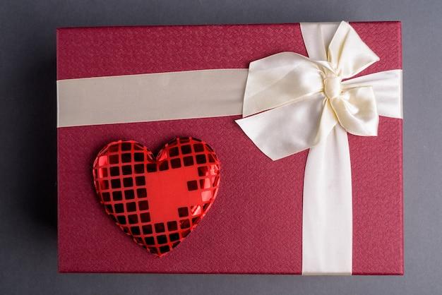 Coffret cadeau avec coeur rouge sur gris