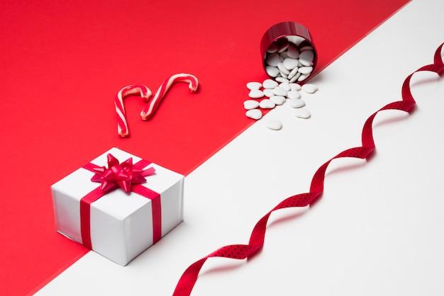 Coffret cadeau avec coeurs blancs dispersés dans une tasse