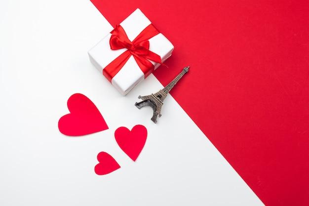 Coffret cadeau, coeurs de papier rouge