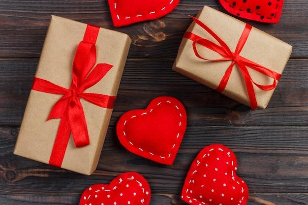 Coffret cadeau avec des coeurs de tissu sur une table en bois noire