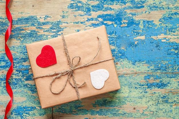 Coffret cadeau avec coeurs sur vintage bleu