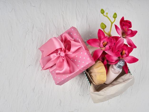 Coffret cadeau avec des cosmétiques sur le thème de la saint valentin