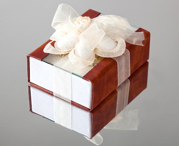 Le coffret cadeau avec un couvercle marron