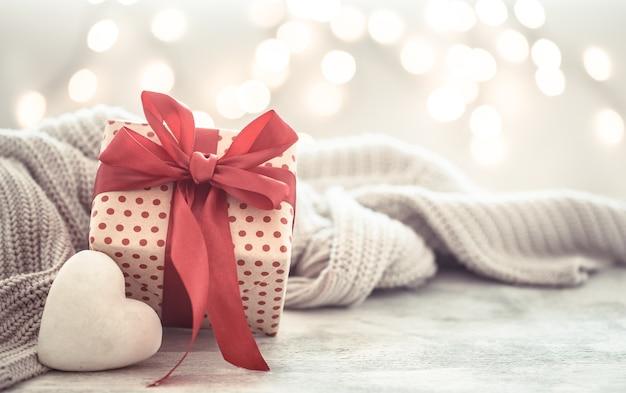 Coffret cadeau dans un beau coffret avec un cœur.
