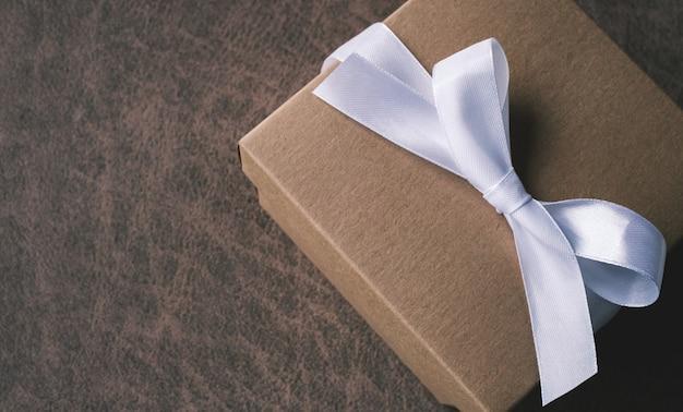 Coffret cadeau décoratif avec ruban arc blanc. vue de dessus. généralement utilisé pour les anniversaires, les cadeaux d'anniversaire, les jours importants, noël, le nouvel an, le concept.