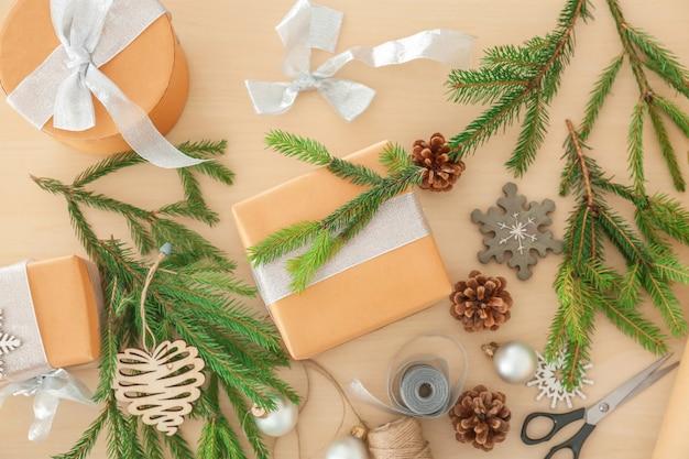 Coffret cadeau et décorations de noël sur table