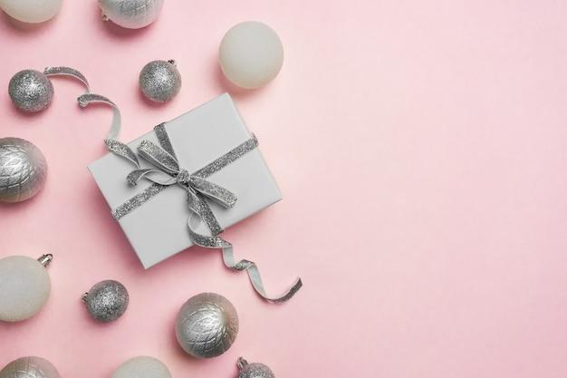 Coffret cadeau, décorations et ornements en argent sur rose pastel