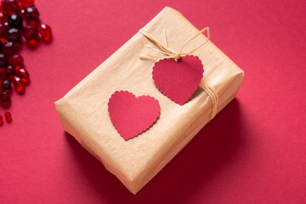 Coffret cadeau décoré de deux étiquettes coeur en papier, cadeau saint valentin